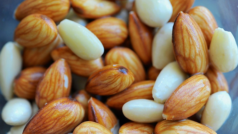 What's-More-Beneficial:-Soaked-or-Raw-Almonds?